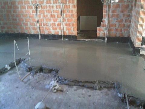 Цементная стяжка пола в коттедже